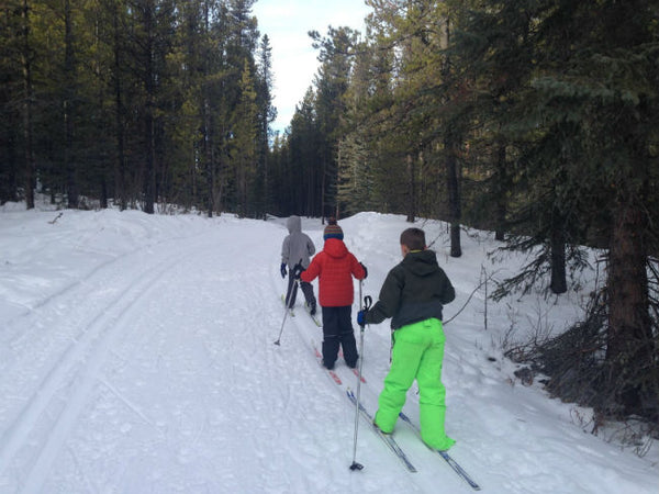 Kids-skiing-on-the-Moose-Connector-West-Bragg-Creek