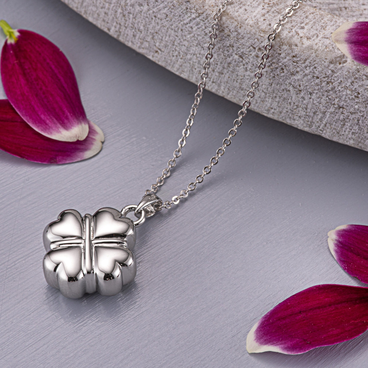 Load image into Gallery viewer, EverWith™ Self-fill Traditional Clover Memorial Ashes Pendant