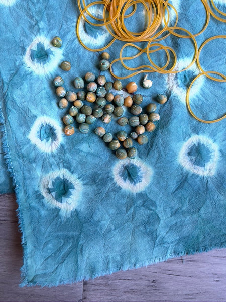 shibori dyeing technique using dry chickpeas and elastic bands