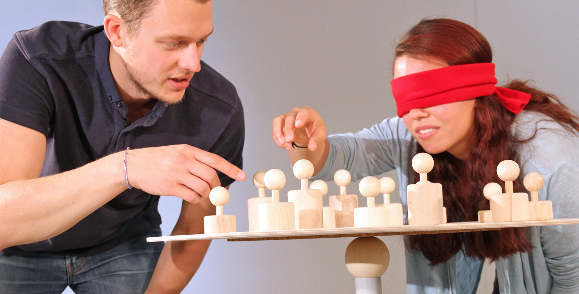 Two people, one blindfolded, use the balancing tool SysTeam from Metalog Tools