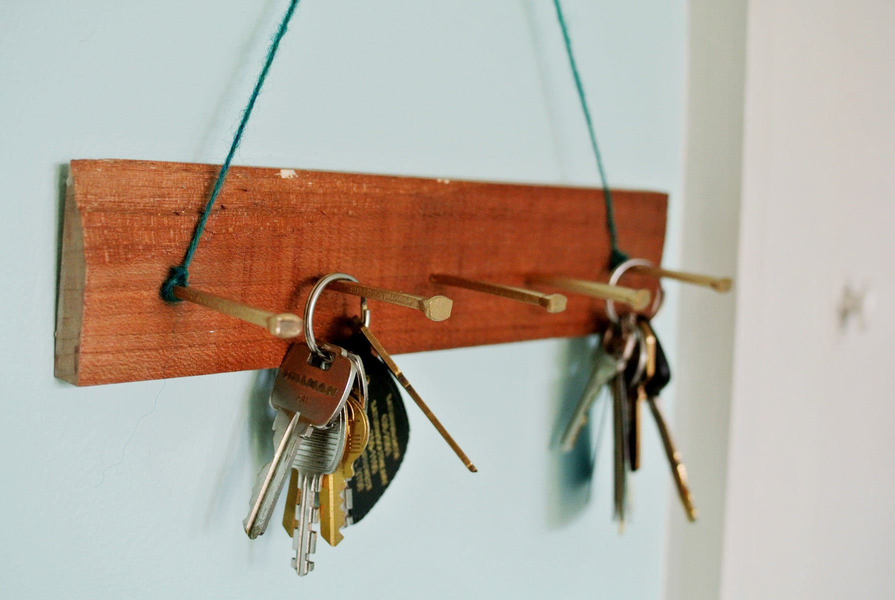 Looking for a stylish place to hook your keys? Tired of boring store-bought key racks? Create this easy rack for your keys in just a few minutes and just a few dollars with a few materials you may have already laying around the house!