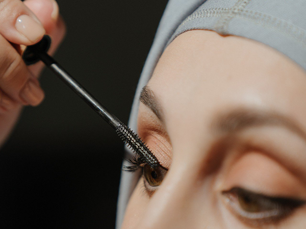 11 Mascara Hacks for Longer Lashes - ForChics