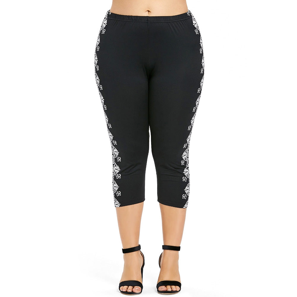 Plus Size Ethnic Print Capri Leggings