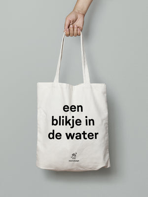 een blikje in de water