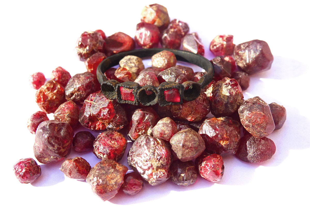 Victorian ring with red garnets found in the Thames