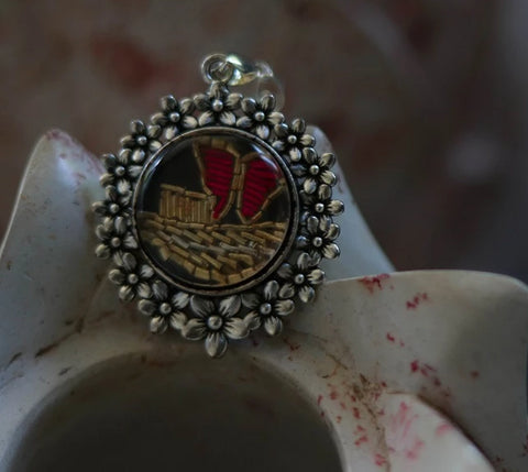 Pendant with zardozi setting (Black & Red)