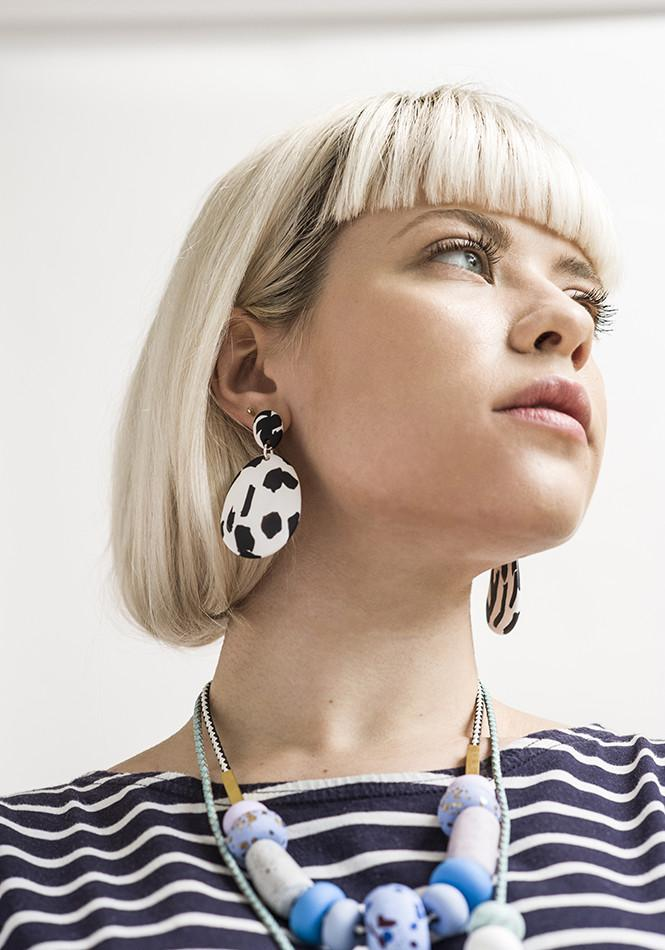 drop earrings in black & white texta