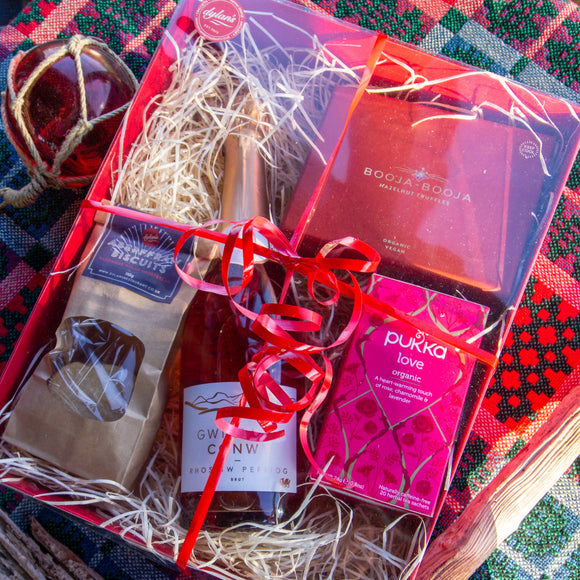Valentine's Day Hamper: Pink Fizz & Chocolates