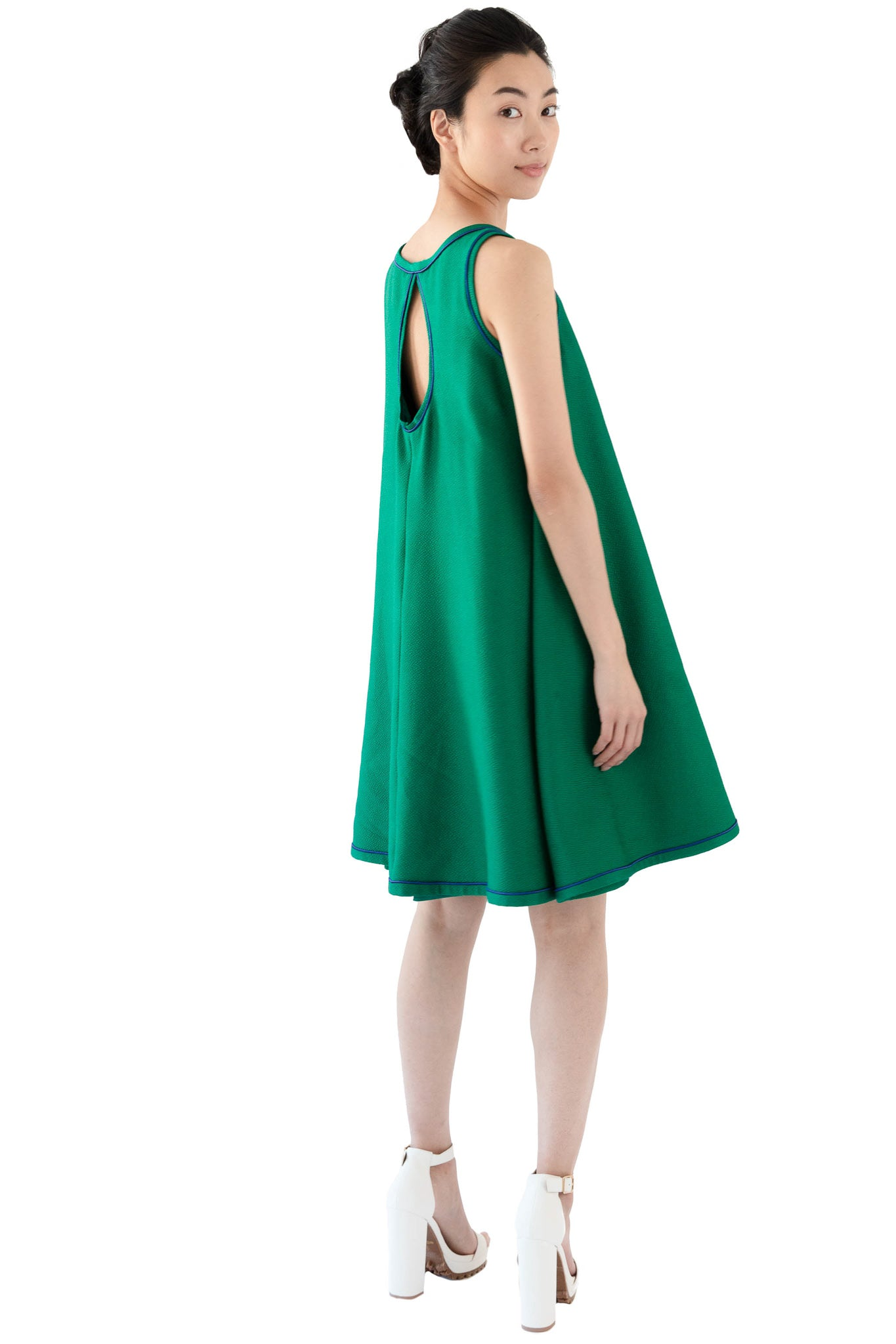 Short women's sleeveless trapeze dress in green