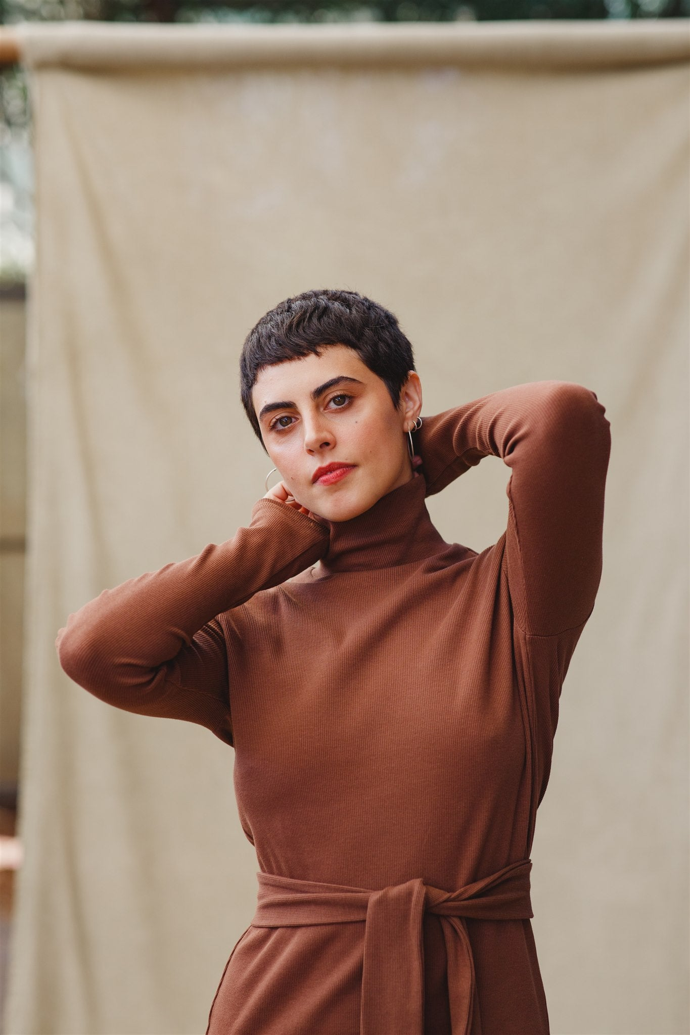 the cotton turtleneck dress חום שוקולד