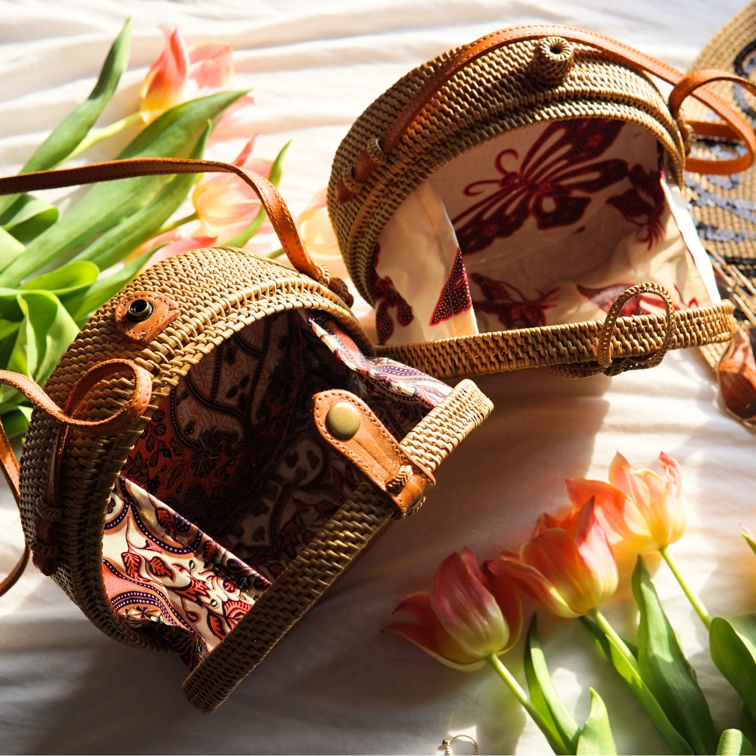 petal round straw bag with flower pattern in traditional lining