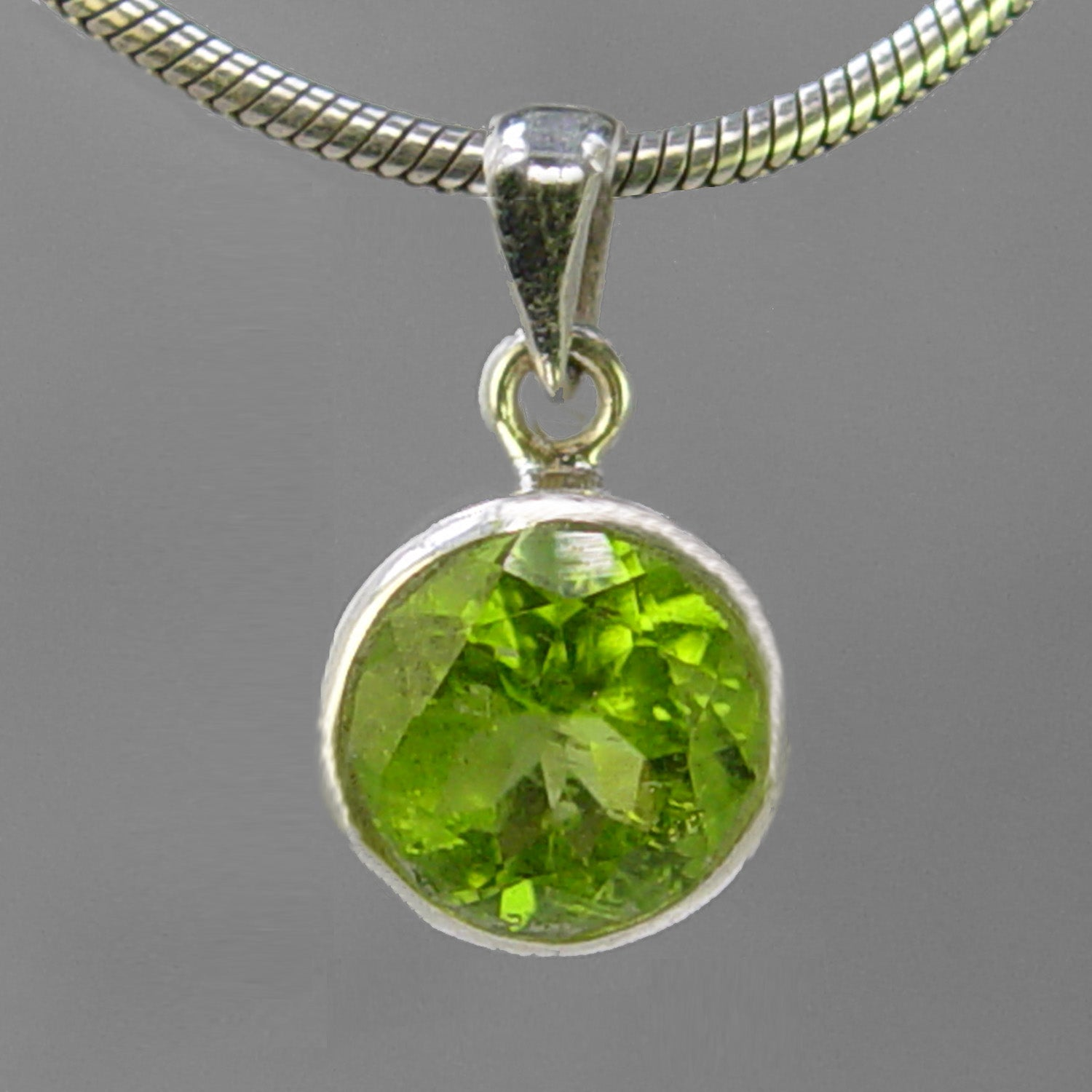Peridot 4.5 ct Faceted Round Bezel Set Sterling Silver Pendant