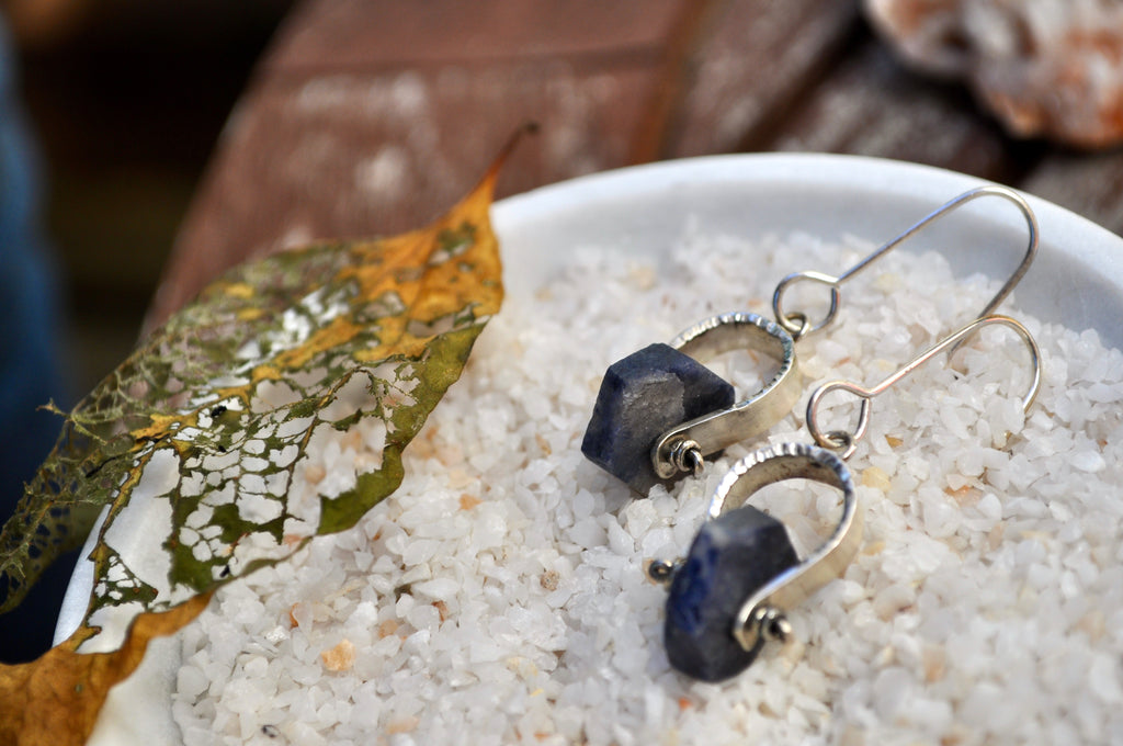 Raw Sapphire | Short Axel Earrings