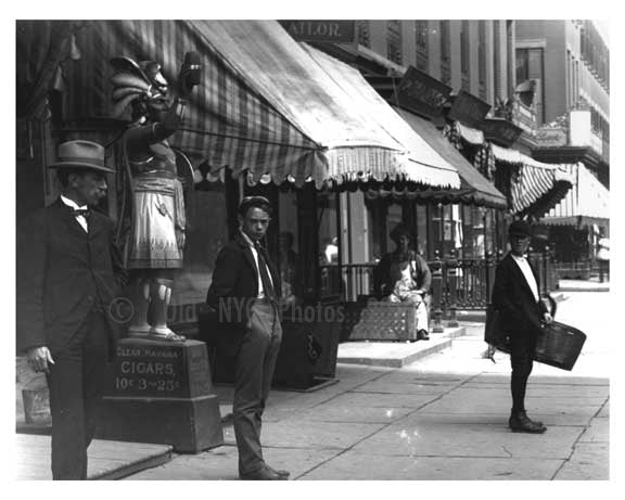 Up close - Street scene in Midtown - 4th Avenue - 1900 New York, NY Old Vintage Photos and Images