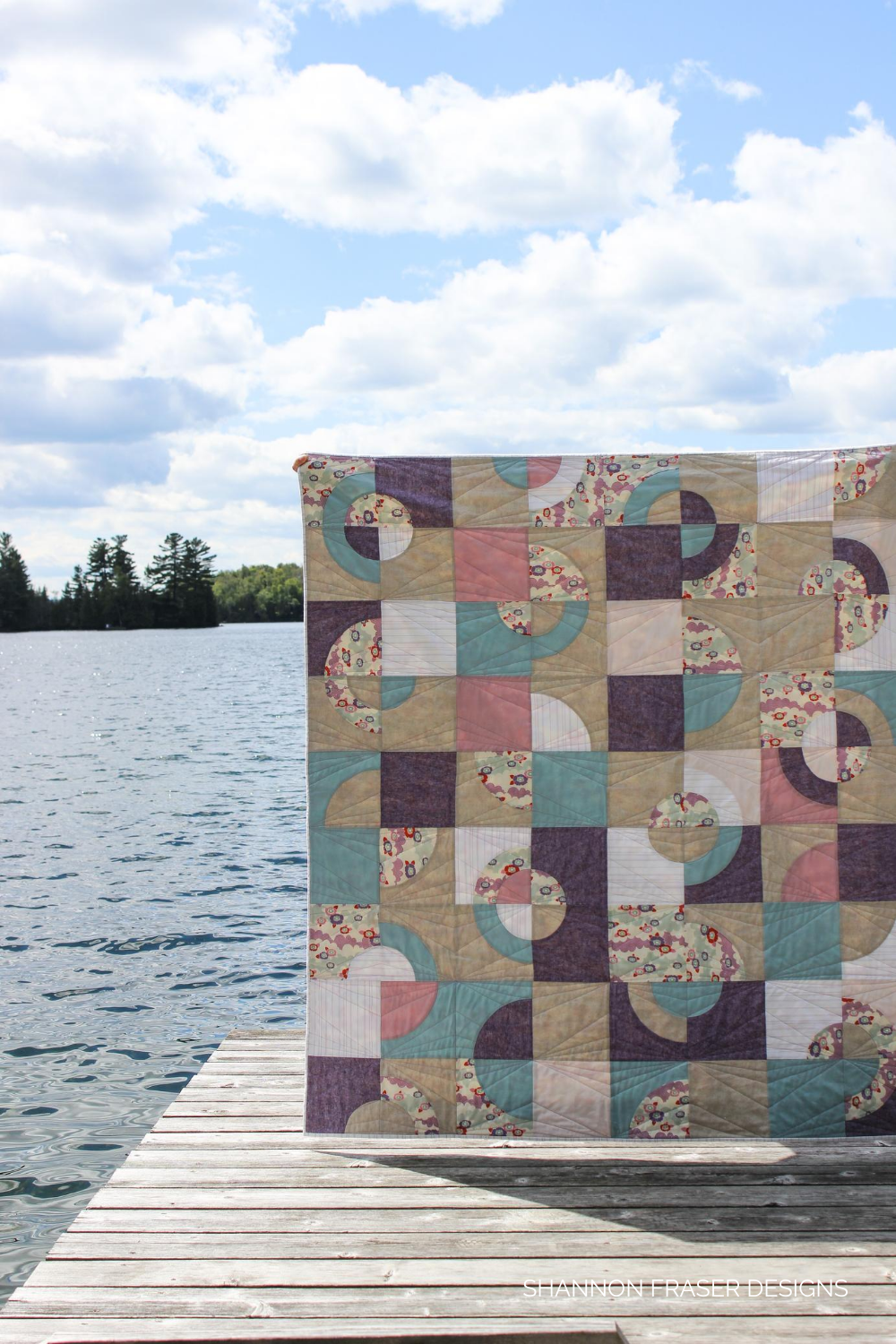Ecliptic quilt in the summer wild - features Essex Linen, Kona Cotton, AGF Pure Solids, Tilda + 28wt Aurifil Thread for machine quilting on a domestic sewing machine | Shannon Fraser Designs #curvesquilt