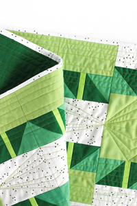Quilting detail on the green ombré Shattered Star quilted table runner featuring 28wt Aurifil Thread | Beginner friendly modern quilt pattern | Shannon Fraser Designs #quilting