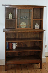 <p>Beautiful & elegant antique Arts & Crafts oak display cabinet and bookcase in very good condition. Very attractive glazed door in the centre of the cabinet opens to reveal a glass shelf. </p>