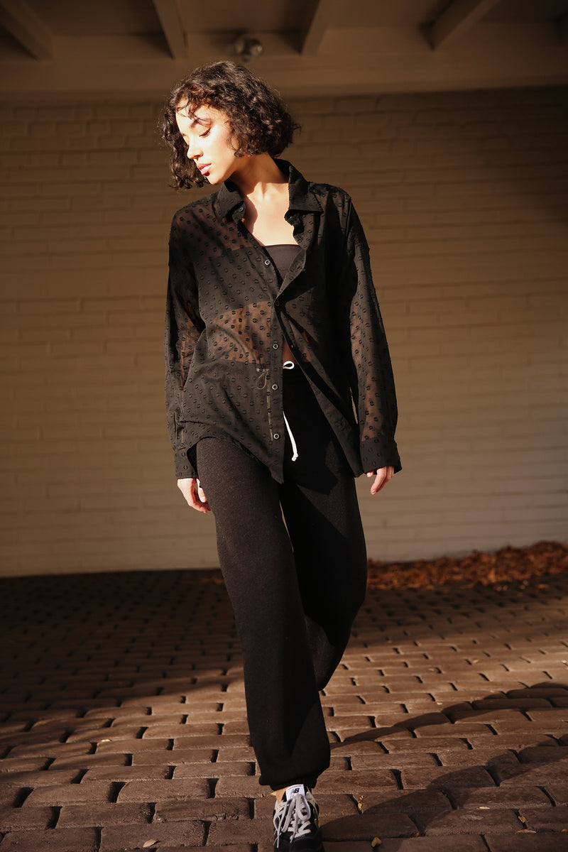 Model wearing the lady & the sailor Full Length Vintage Sweatpant in Heathered Black Fleece.
