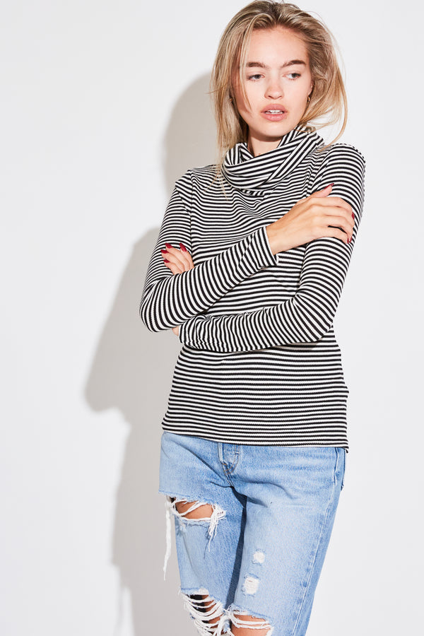 CLASSIC TURTLENECK IN BLACK THERMAL STRIPE