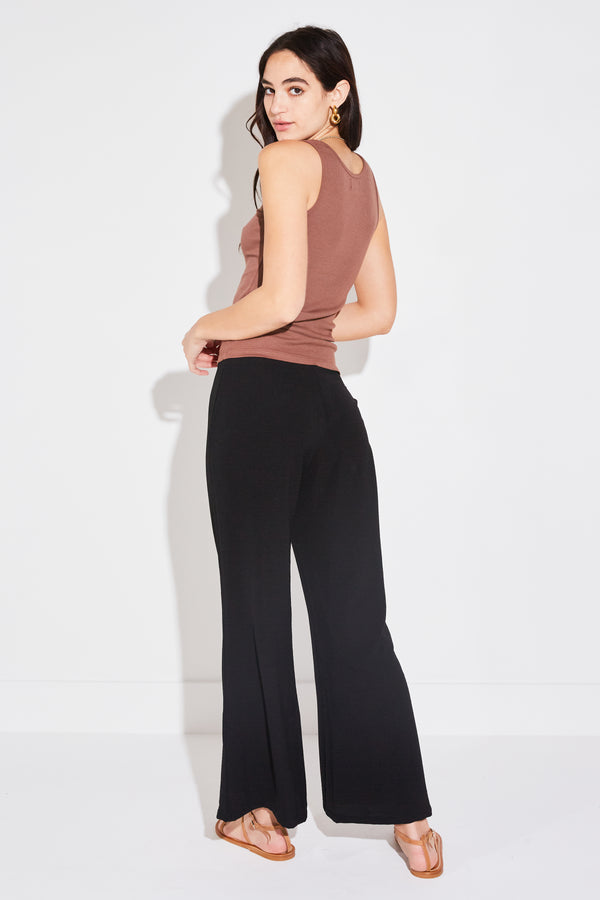 Model wearing the lady & the sailor Cropped Relaxed Pant in Black Airflow
