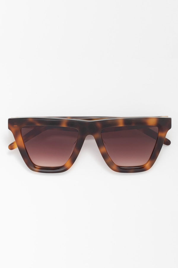 Model wearing Felix in Tortoise/Gradient Brown.