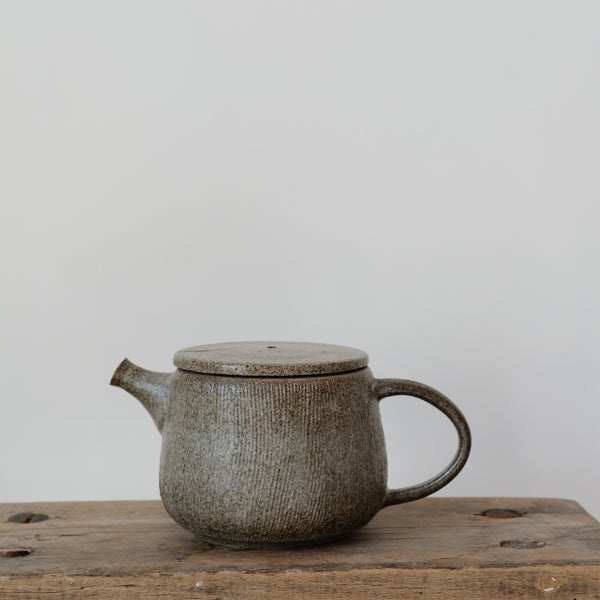 Theière en grès 470ml, blanc par Hannah Blackall-Smith chez Brutal Ceramics