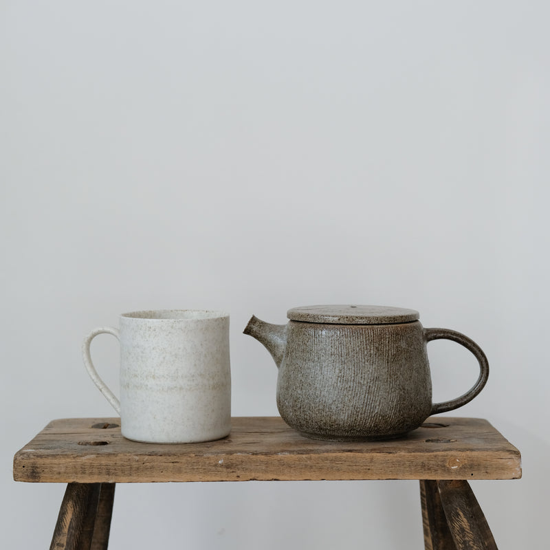 Mug en porcelaine 260ml, blanc par Hannah Blackall-Smith chez Brutal Ceramics