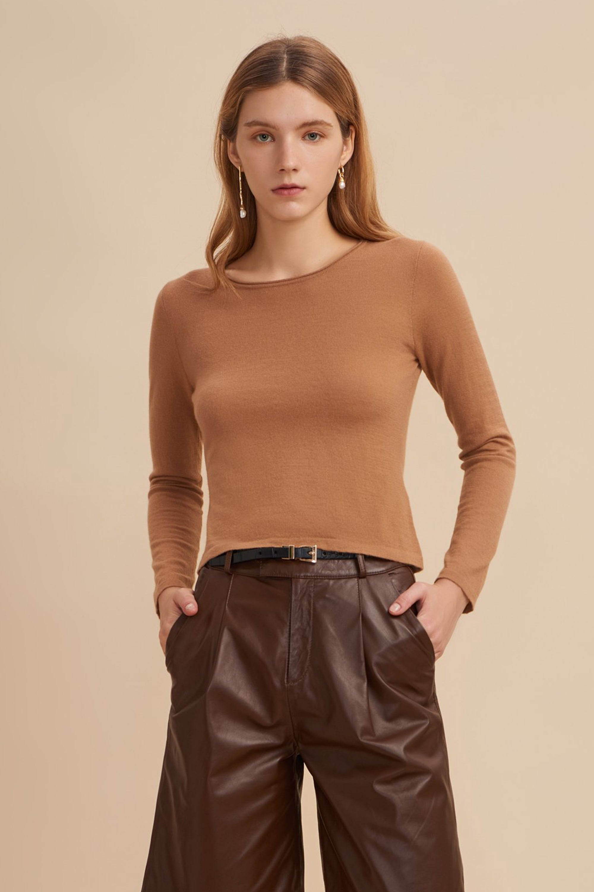 fine gauge sweater,fine gauge knit,fine gauge cashmere, cropped cashmere sweater, cropped sweater, cropped sweater top,cropped knit sweater,camel sweater, camel cashmere sweater, camel sweater women, camel sweater outfit, crew neck cashmere sweater, crew neck sweater women, lightweight sweater, light weight sweater