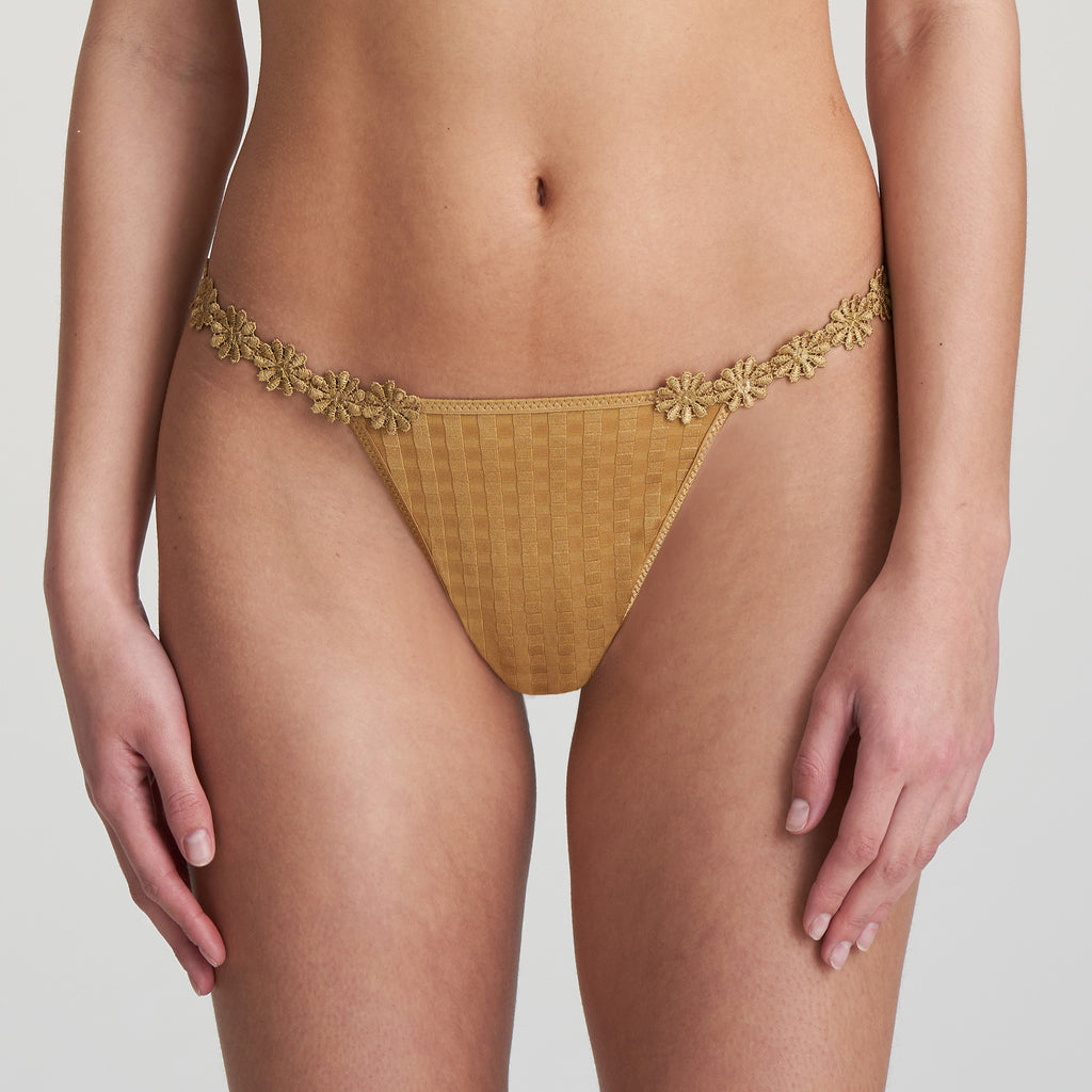 AVERO String Thong in Gold