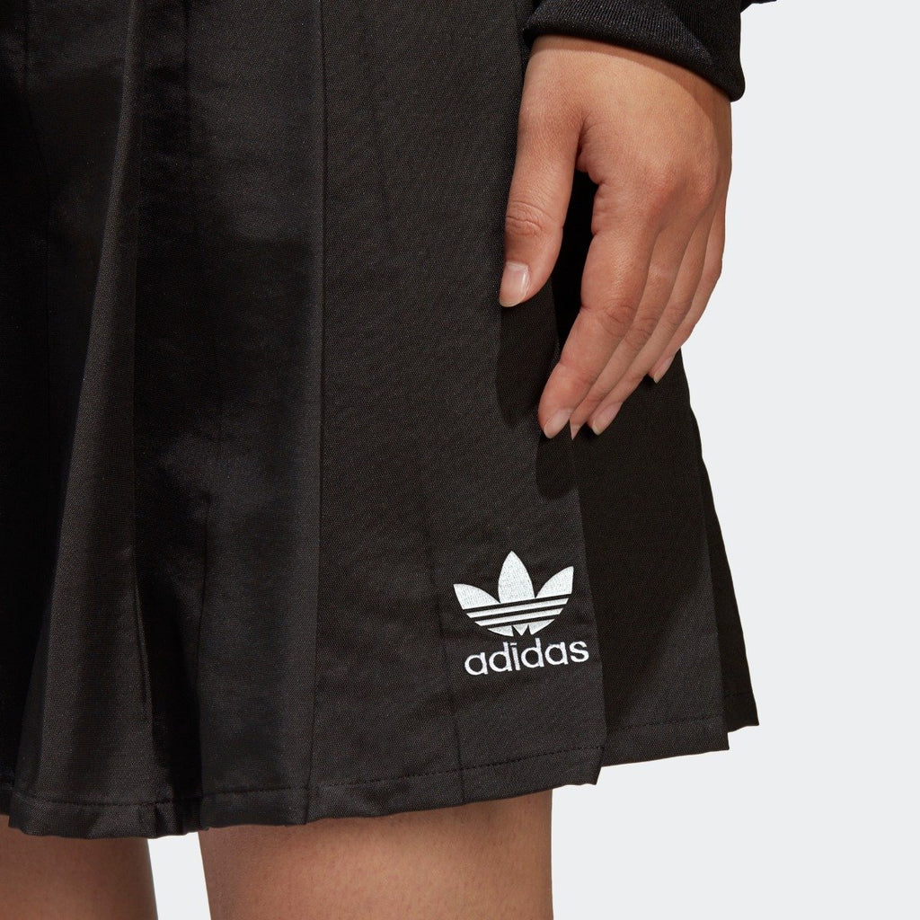 Women's adidas Originals CLRDO Skirt Black CV5793 | Chicago City Sports | close-up view of logo on the skirt