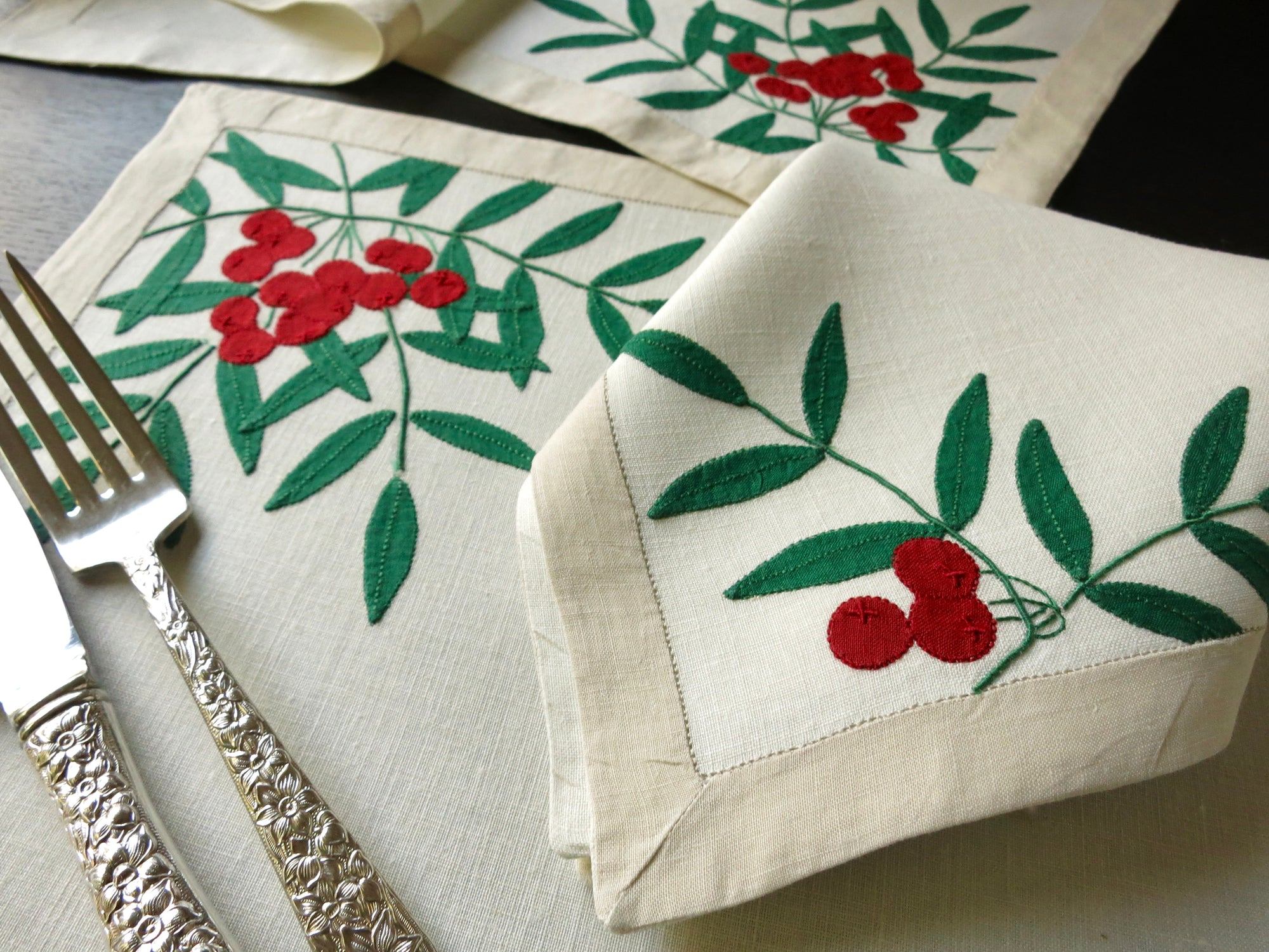 Christmas Holly Vintage Madeira Embroidery 17pc Linen Placemat Setting for 8