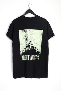 NIGHT ADDICT BLACK BACK MOUNTAIN PRINT TEE BACK