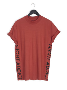NIGHT ADDICT SIDE LOGO TEE - HENNA
