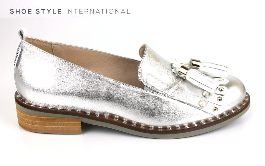 Marco Moreo 451, Flat Loafer with tassel and fringe detail at the front of the loafer slip-on shoe. Colour Silver, Shoe Shop online, Shoe Style International, Wexford, Gorey, Ireland