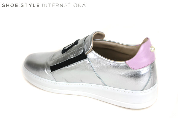 Oxitaly Tepe 120, Trainer with details on the front and pearl on the back, zip fastener colour Silver Shoe Style International