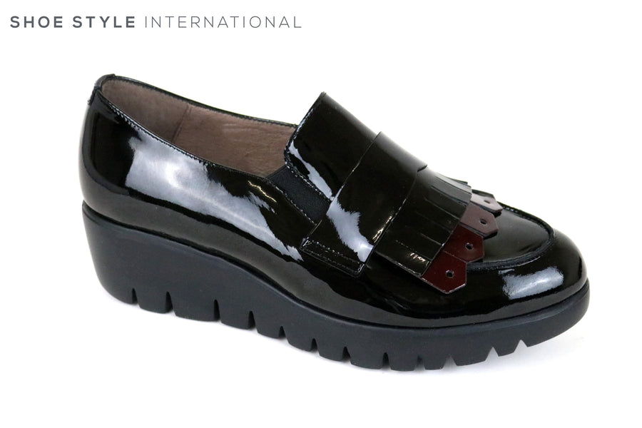 Wonders 33137, Wondesfly is a Lightweight slip-on Shoe with Fringe detail at the front, Colour is Black and the fringe detail is burgundy. Ireland Shoe Shops online, Shoe Style International, Location Wexford Gorey and Ireland