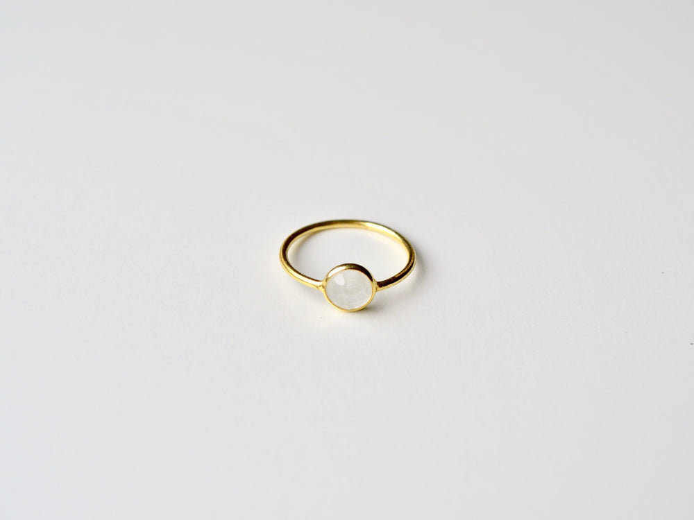 New in: Superzarter Mondstein Ring vergoldet
