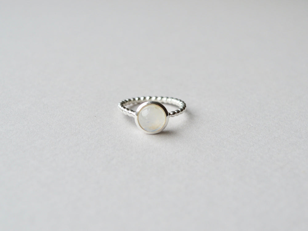 Gem Dot: Polierter Mondstein Ring Dotty silber