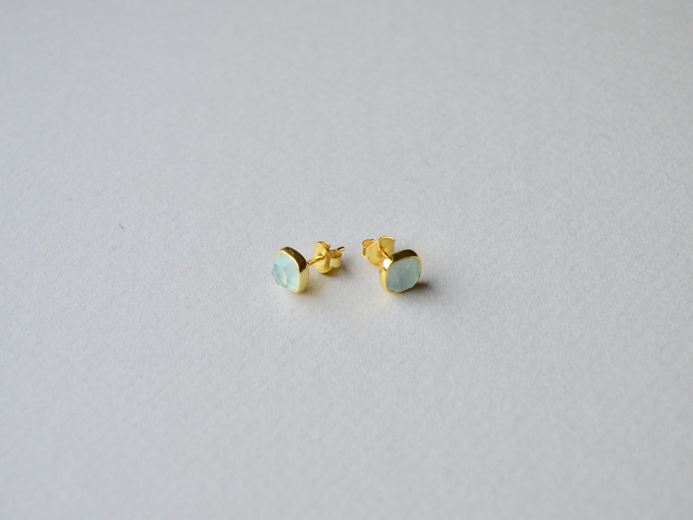 Square Dots: Light Aqua Chalcedon Ohrstecker vergoldet