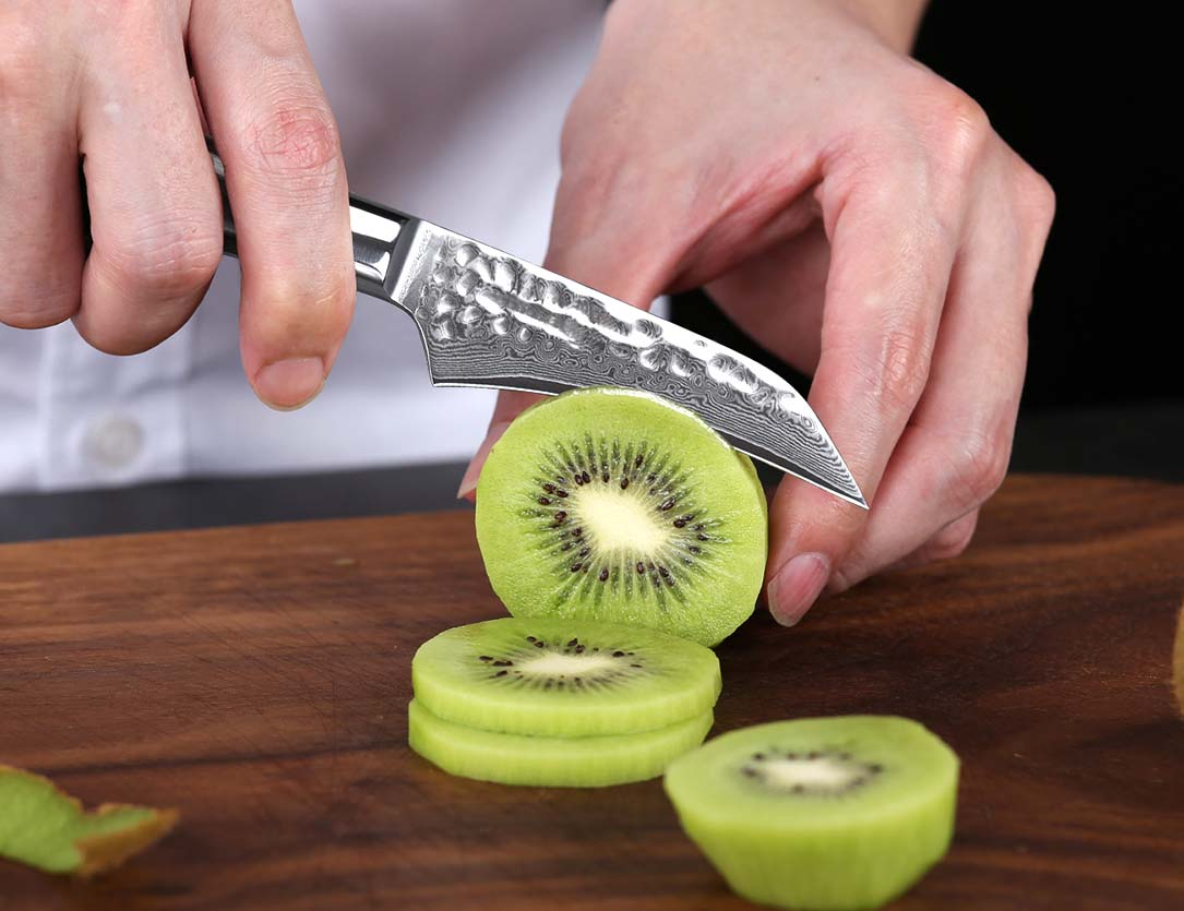 Featuring a short blade for enhanced accuracy and precision, this paring knife is optimally built for jobs where control is essential