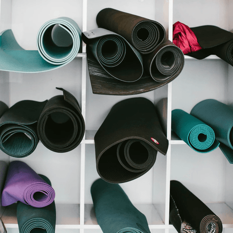 Une collection de tapis de yoga