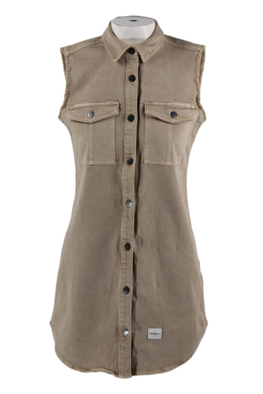 calvin klein jeans sand collared sleeveless denim dress. features a straight cut silhouette, button down closure, two button flap pockets.