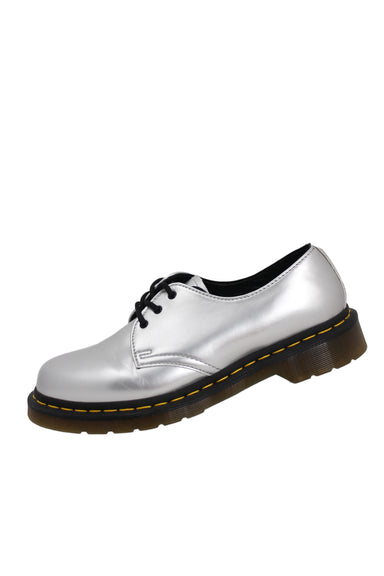dr martens silver patent low top oxfords. features 3 eyelet lace up & yellow stitching on midsole.