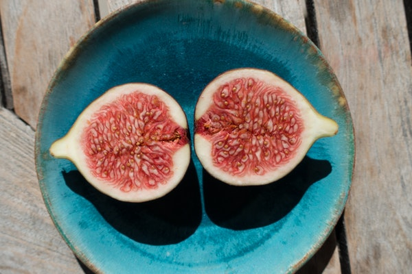fig-sliced-turquoise plate on wooden-table eve and elle