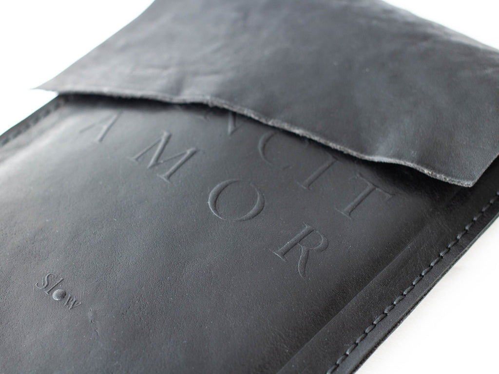 Slow - Black leather pochette: Amor