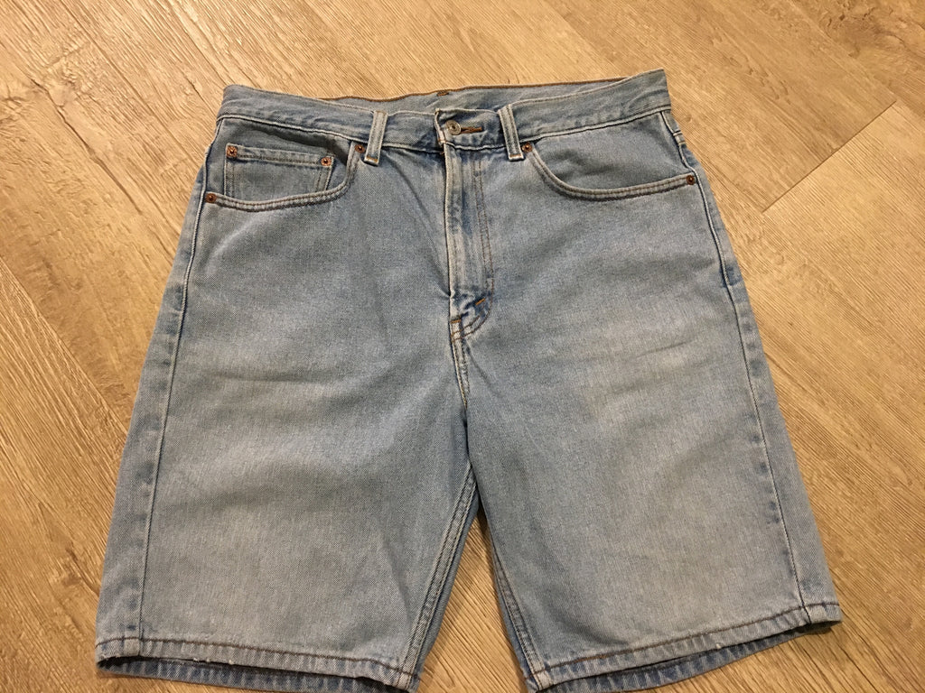 Light Denim Levi Shorts - W34