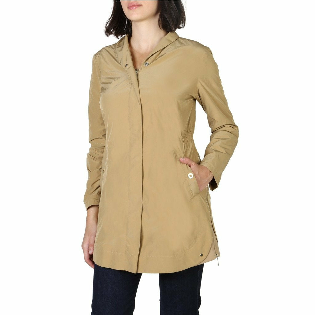 Brown buttons fastened jacket with long sleeves and side pockets