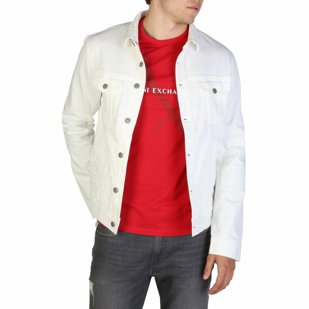 White buttons fastened jacket with long sleeves and four external pockets