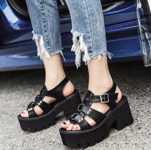 Laden Sie das Bild in den Galerie-Viewer, 'Dylan' platform sandals