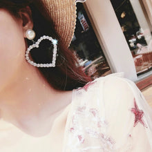 Load image into Gallery viewer, Pearl + rhinestone heart earrings
